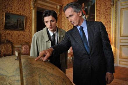 Raphaël Personnaz et Thierry Lhermitte dans Quai d'Orsay de B Tavernier