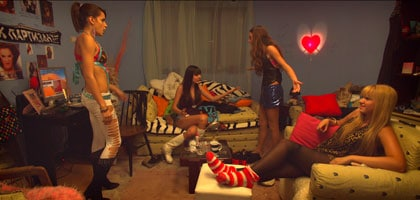 Jasna et ses copines de virée dans Clip