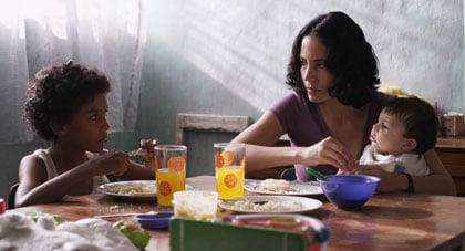 Junior (Samuel Lange), sa mère (Samantha Castillo) et son petit frère