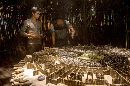 Dylan O'Brien et Ki Hong Lee étudiant la maquette du labyrinthe