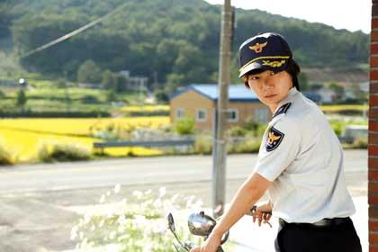 Doona Bae est la jeune policière de A girl at my door