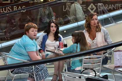 Bouboule (David Thielmans), ses soeurs (Amélie Peterli, Thémis Pauwel) et sa mère (Julie Ferrier)