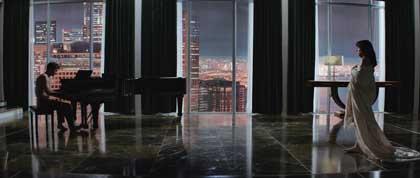 Jamie Dornan au piano et Dakota Johnson, drappée dans 50 nuances de grey