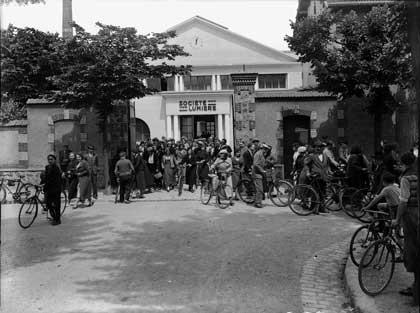 Sortie des Usines Lumière à Joinville dans les années 1930