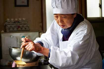 Tokue cuisant la pâte des dorayakis, ces délices de Tokyo