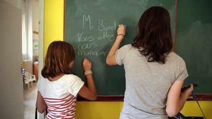 Une ancienne et une jeune élève de JM Burel dans Mon Maître d'école