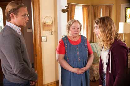 Billy Magnussen (Ellis), Kathy Bates (Maime Trotter) et Sophie Nélisse (Gilly Hopkins) dans La fabuleuse Gilly Hopkins