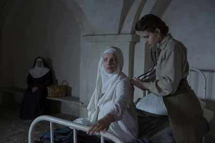 Lou de Laâge (Mathilde Beaulieu) ausculte une des Innocentes